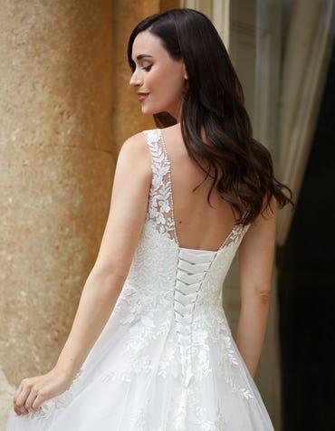 Brielle - een klassieke jurk met een kralen halslijn