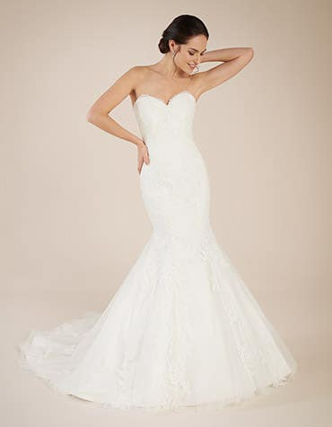 CONSTANCE - with a romantic sweetheart neckline