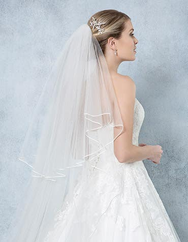 Loulou Bridal veil back crop Amixi thumbnail