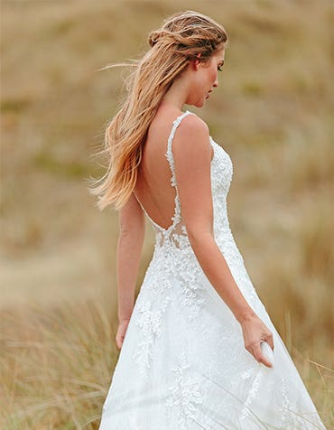 Brogan - een lage rug sprankelende Chantilly jurk