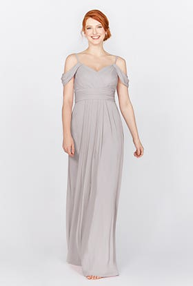 Cette robe de style grec comporte de superbes détails d'épaule drapés.