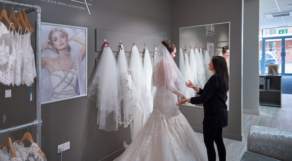 What to expect when wedding dress shopping